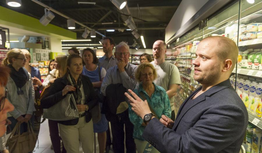 Foto van wetenschapper die college geeft in een supermarkt