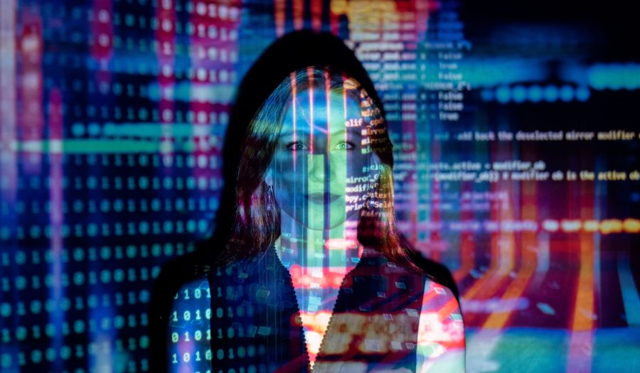 Foto van vrouw. Datacijfers worden op haar gezicht geprojecteerd