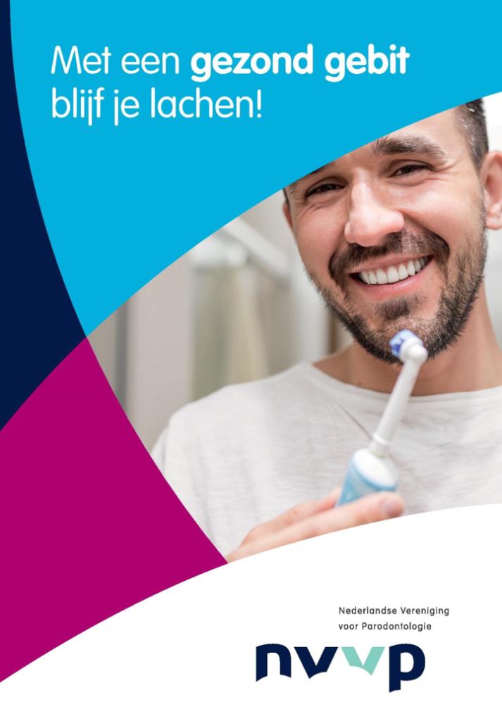 Een man met een tandenborstel in zijn hand lacht naar de camera