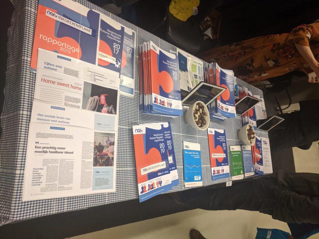 Foto van tafel met flyers
