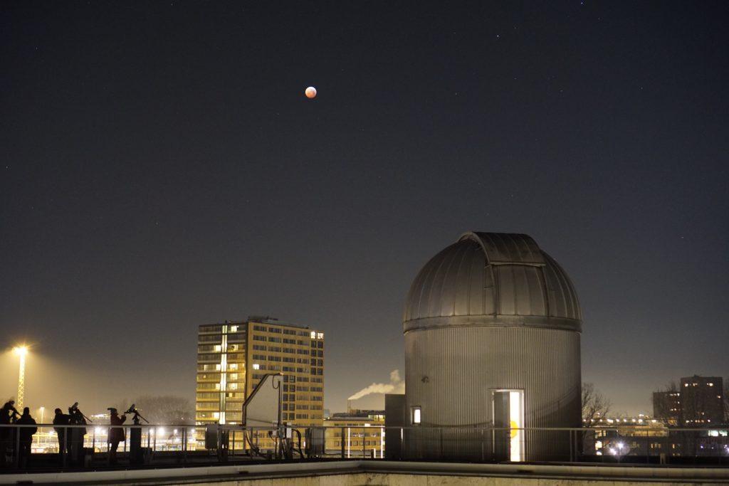 Foto volle maan bij nacht van Anton Pannekoek