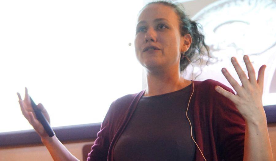 Rebecca Schaefer tijdens een publieksoptreden