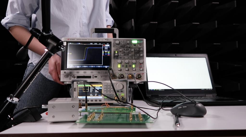 Foto van educatieve video's voor studenten, scholieren en burgers ontwikkelen voor het demonstreren van elektromagnetische effecten