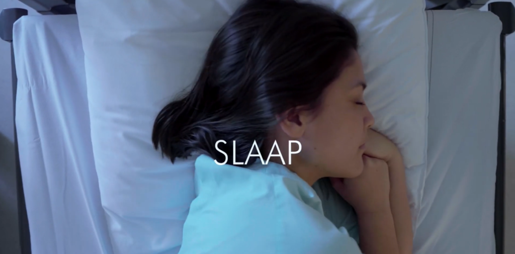 Vrouw ligt met hoofd op hoofdkussen te slapen