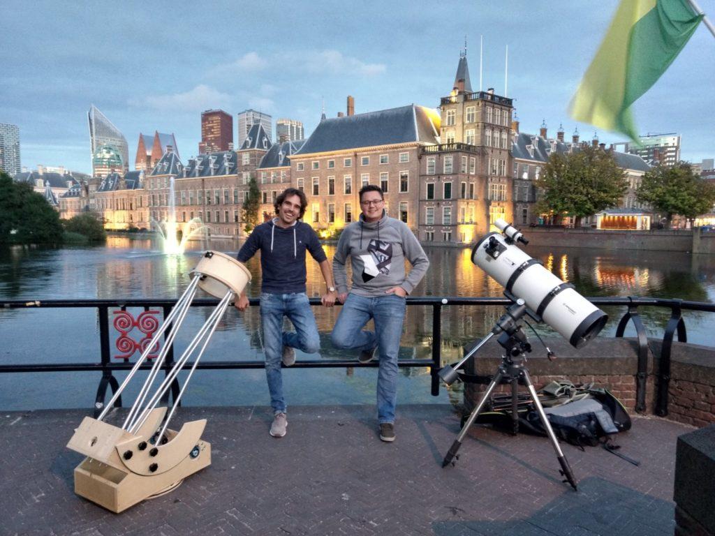 Twee wetenschappers poseren met hun pop-up sterrenwacht