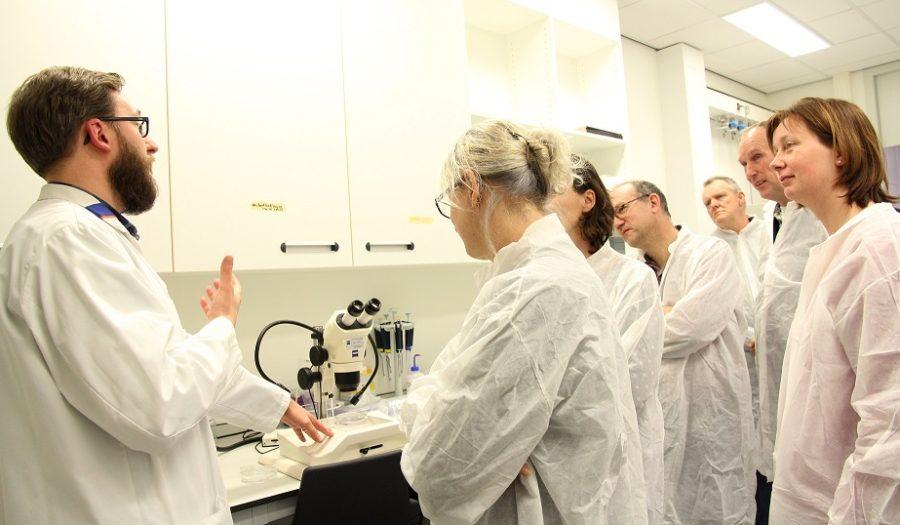 Een wetenschapper legt aan een docent uit hoe science-in-a-box werkt