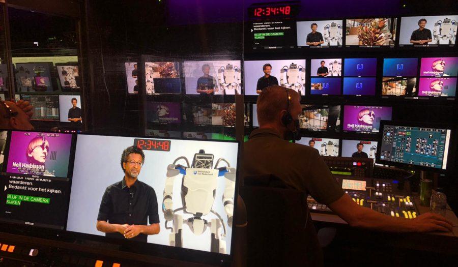 Foto in de mediakamer van Universiteit van Nederland. Er zijn veel beeldschermen te zien
