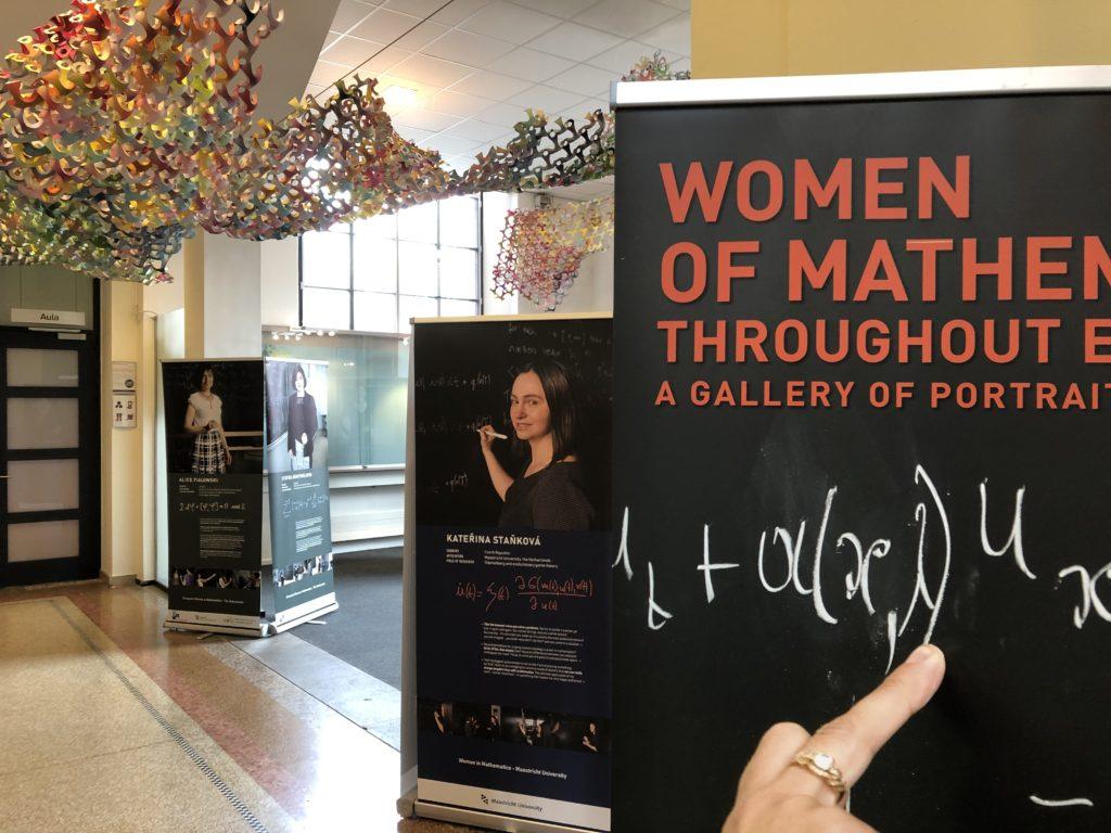 Foto van panelen in de Women of Math tentoonstelling